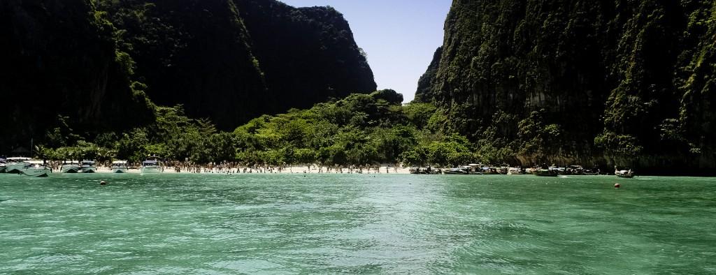 Maya_Bay,_Krabi,_Thailand_(Panorama)