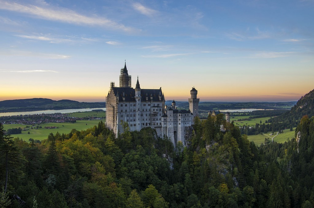 Neuschwanstein_at_sunset